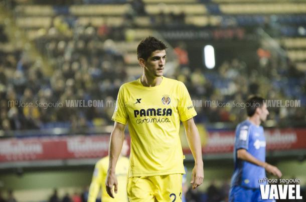 Gerard Moreno durante un choque con la elástica del Villarreal | Foto: Mª José Segovia, VAVEL España
