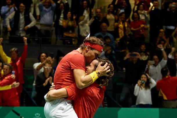 Momento histórico en el que Rafa y Feli se abrazan tras lograr el punto definitivo | Foto: Copa Davis