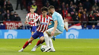 David García conduce el balón en el Wanda. Fuente: marca.com