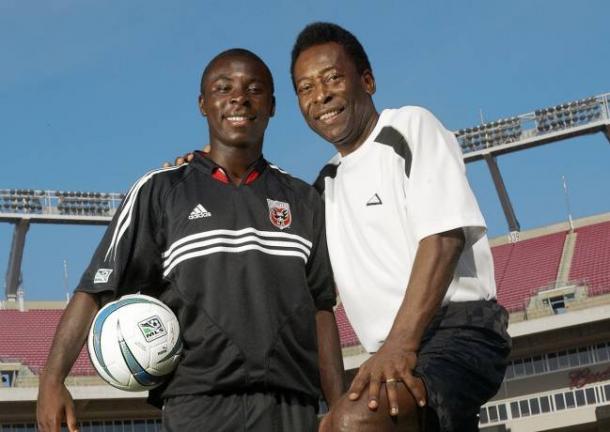 Adu y Pelé compartiendo cancha (diez.hn)