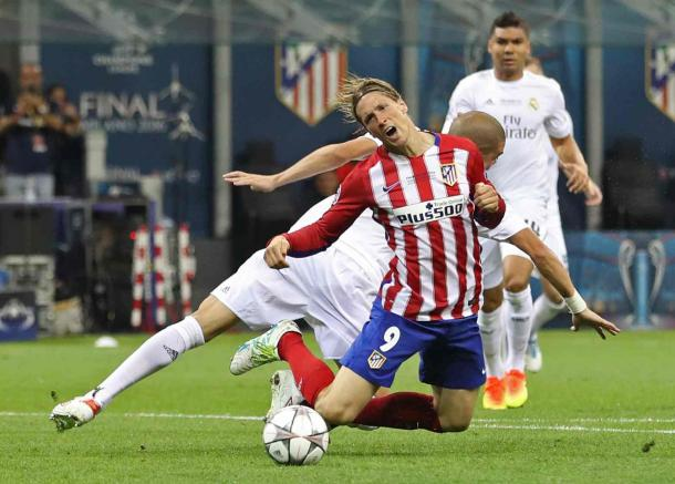 Fernando Torres goes down in the box under a challenge from Pepe (Photo: Carl Recine/ Reuters)