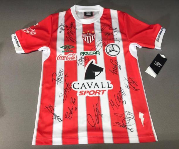 Checo Arteaga se llevó el jersey firmado por la plantilla del Club Necaxa