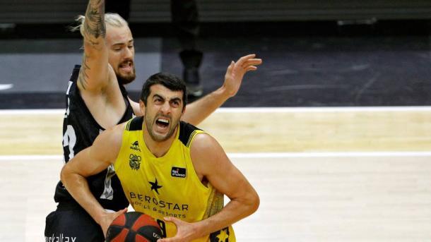 Ondrej Balvin defiende a Giorgi Shermadini en el choque correspondiente a la Fase Final de la ACB | Fuente: ACB PHOTO