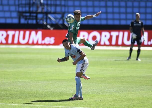 Álex Moreno saltando junto a Iago Aspas   Fotografía: RC Celta