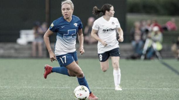 Simon (left) as she plans to make her next move in a game against the Washington Spirit. | Source: NWSL