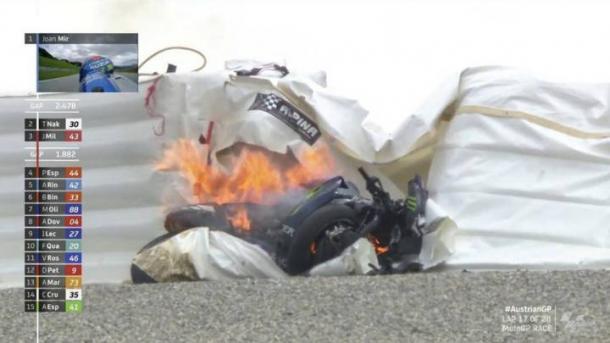 Así quedaba la moto tras chocar contra las protecciones. Imagen: Emisión de la carrera