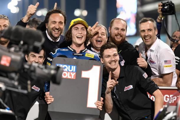 Roberts, junto a parte de su equipo tras hacer la primera pole de su carrera en Qatar. Imagen: MotoGp