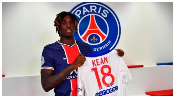 Moise Kean posando con la camiseta del PSG / FOTO: PSG