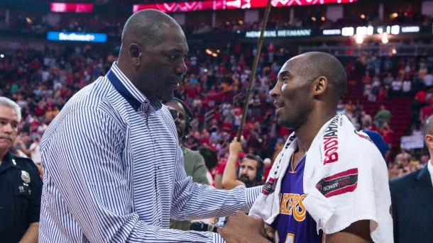 Hakeem Olajuwon aproveitou para conversar com Kobe após o fim do jogo (Foto: Divulgação/NBA)