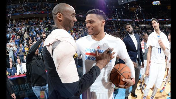 Russell Westbrook cumprimenta Kobe após o fim do jogo (Foto: Divulgação/NBA)