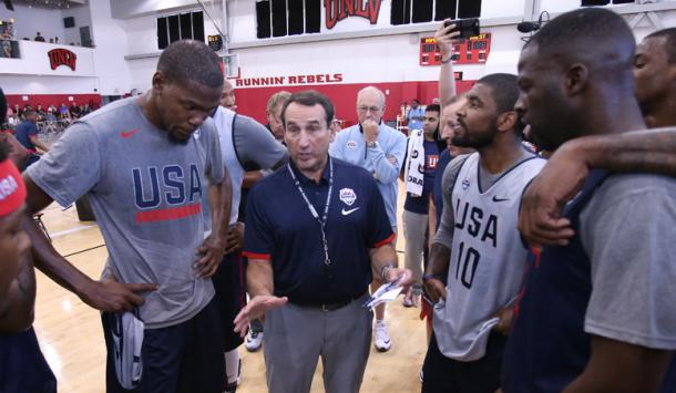 Team USA head coach Mike Kre speaks to Kevin Durant, Draymond Green, Harrison Barnes with assistant coaches Jim Boehim and Tom Thibodeau standing by. Photo: NBA.com