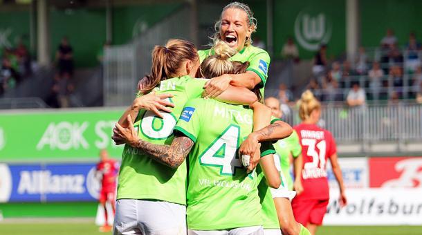 Mittag celebrates her goal with her teammates | Source: vfl-wolfsburg.de