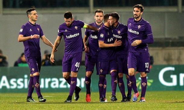 viola festeggiano Bernardeschi dopo il suo gol del parziale 2-2 al Napoli.   calciomercato.com