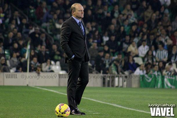 Pepe Mel dirigiendo un encuentro del Betis | Foto: Juan Ign. Lechuga