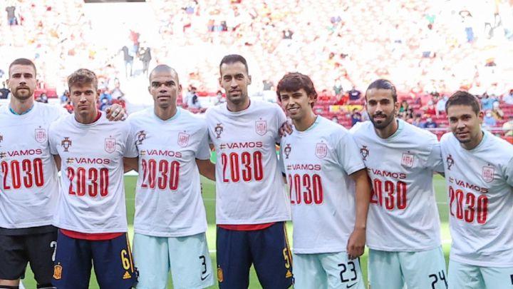 La foto de grupo de ambas selecciones en apoyo a la candidatura conjunta para albergar el Mundial 2030 / FOTO: RFEF