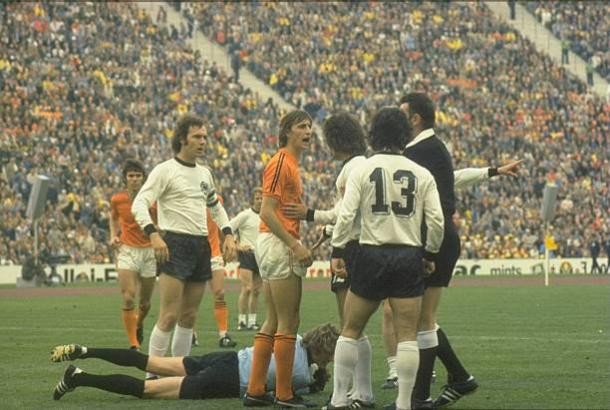 Cruyff usava camisa com duas listras, enquanto os companheiros usavam três (Foto: Allsport UK# / Allsport / Getty Images)