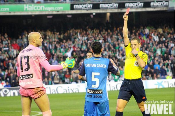 El colegiado Eiriz Mata sacando una tarjeta roja durante el partido del Betis-Sabadell el 24 de Enero de 2015