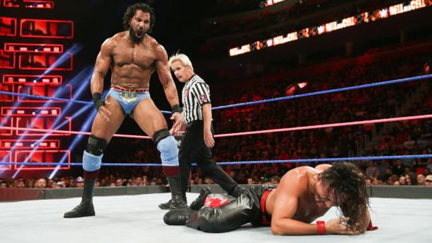 Jinder Mahal de pie ante Nakamura. Foto: WWE