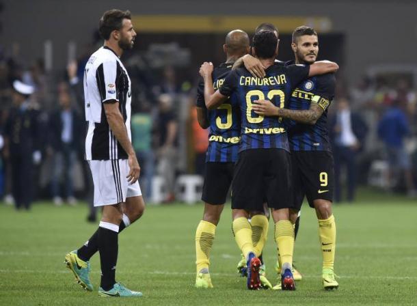 Candreva, Joao Mario ed Icardi esultano, si dispera Barzagli: l'Inter ha appena fatto 1-1 contro la Juve, vincerà 2-1. | ibtimes.com