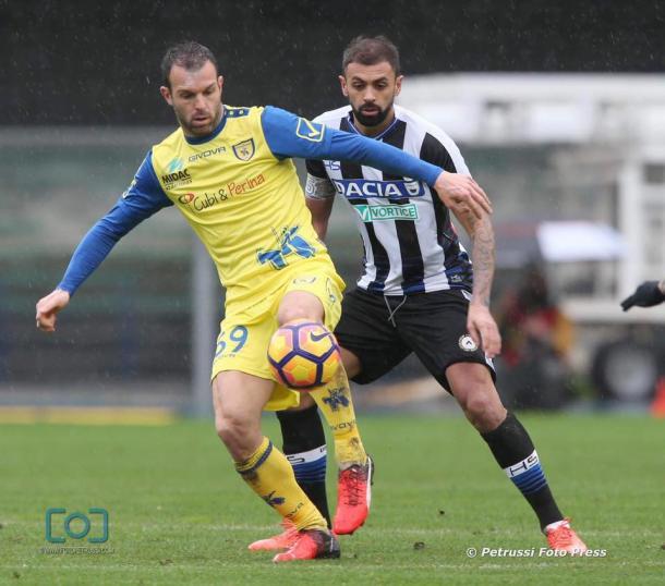 Danilo affronta Meggiorini. Fonte: www.facebook.com/UdineseCalcio1896