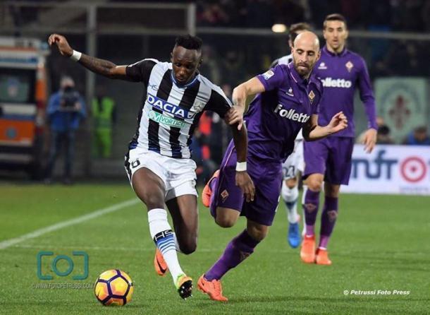 Borja Valero affronta Fofana. Fonte: www.facebook.com/UdineseCalcio1896