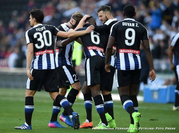 La squadra festeggia il gol del momentaneo vantaggio. Fonte: www.facebook.com/UdineseCalcio1896