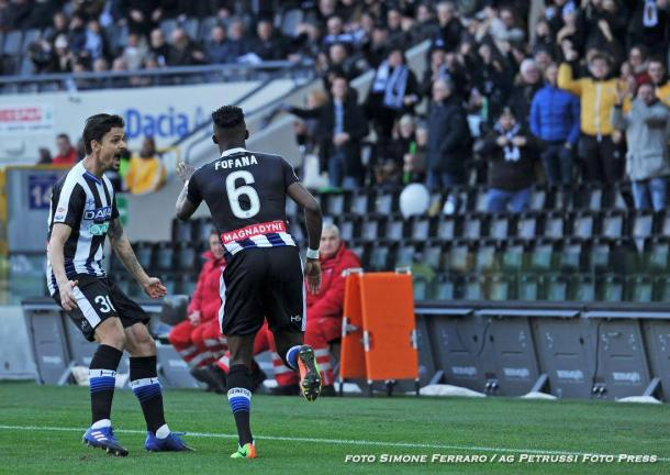 Fofana festeggia il gol con Felipe. Fonte: www.facebook.com/UdineseCalcio1896