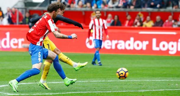 Antoine Griezzman realiza un disparo durante la primera mitad. Foto: Atlético de Madrid