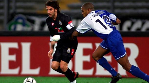 Un giovane Alex Del Piero inseguito da Andrade in Porto-Juventus 0-0 del 2001. | tuttosport.com