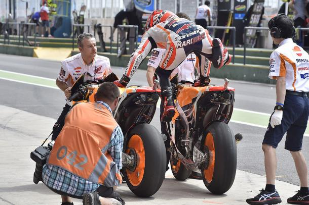 Marquez pracising switching bikes | Photo: sportrider.com