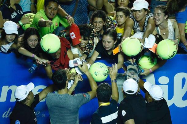 Novak Djokovic signs autographs after his first practice in Acapulco. (Photo: Mextenis / Jorge Reyes)