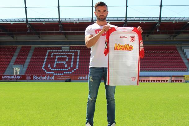 Albion Vrenezi will wear the number 20 at Regensburg. | Photo: SSV Jahn Regensburg.