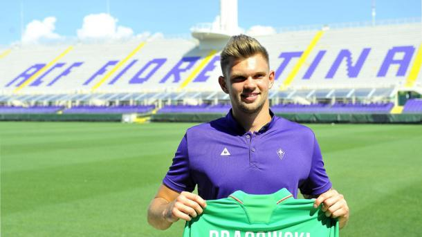 Dragowski holds his new jersey | Photo: corrieredellosport.it