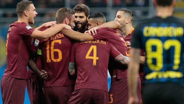 I calciatori della Roma festeggiano dopo uno dei gol segnati nell'ultimo turno di campionato, contro l'Inter. | minutemediacdn.com