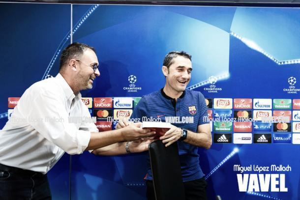 Uno de los periodistas griegos muestra el cariño que aún tienen por Valverde al entregarle un pequeño regalo. | Fotografía: Miguel López (VAVEL.com)