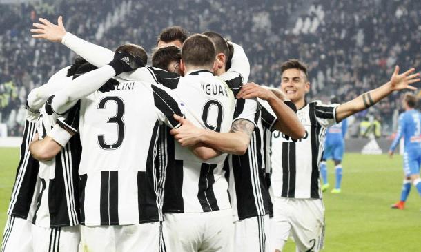 I bianconeri festeggiano la rete di Higuain segnata mercoledì contro il Napoli. | metronews.it