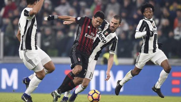 Bacca lotta per tenere vivo un pallone durante l'ultimo Juve-Milan (Coppa Italia). | tuttosport.com