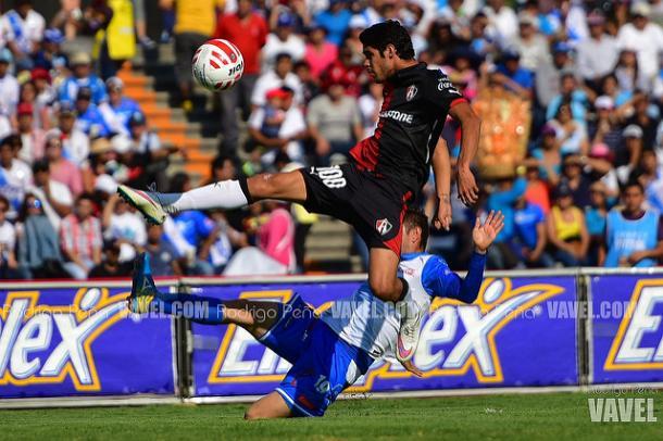 Carlos Arreola controlando el esférico sobre Flavio Santos | Foto: Rodrigo Peña VAVEL