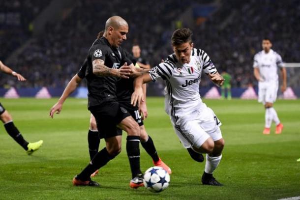 Dybala contro Maxi Pereira   Foto: calcioweb