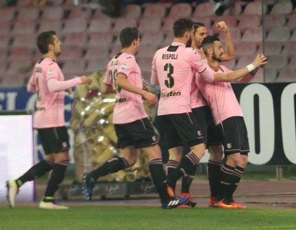 I palermitani festeggiano il gol di Nestorovski al Napoli. | quotidiano.net