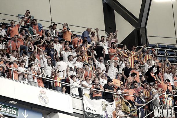 Aficionados del Valencia CF en las gradas del Bernabéu. / Foto: Dani Mullor - VAVEL