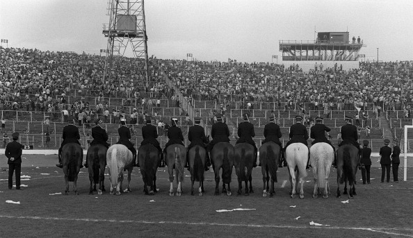 Reforço policial se mostrou sempre necessário durante a história do clássico; imagem da final da Copa da Escócia em 1980 (Foto: Mark Leech / Offside via Getty Images)