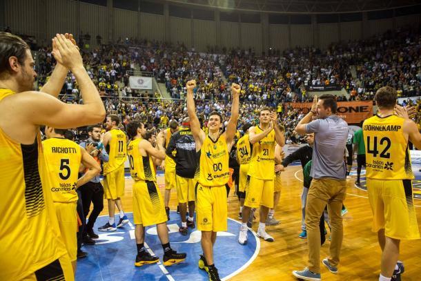 La plantilla del Iberostar Tenerife celebra la victoria | Fotogragía: BCL.