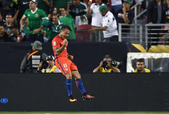 Vargas comemorando um de seus quatro gols diante do México (Foto: Thearon W. Henderson/Getty Images)