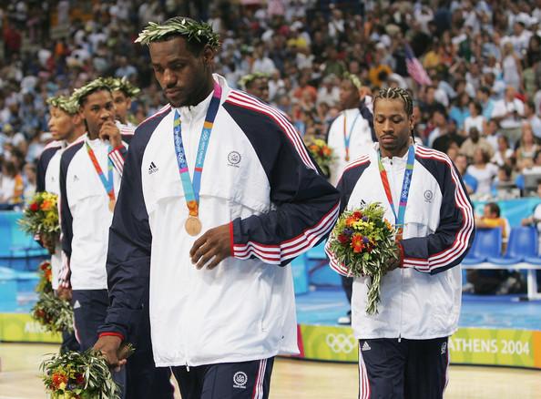 Decepção de um jovem LeBron James após o bronze em Atenas (Foto: Getty Images)