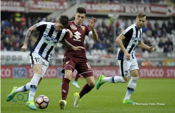 """Baselli contrasta De Paul. Fonte:""""www.facebook.com/UdineseCalcio1896"""""""