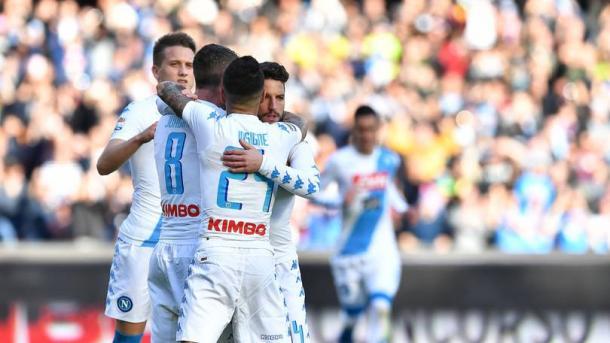 Mertens viene festeggiato dai compagni dopo il recente gol all'Empoli.   corrieredellosport.it
