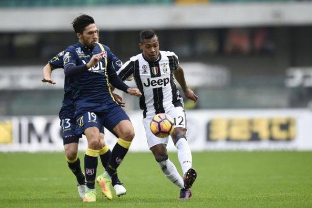 Alex Sandro viene contrastato da Castro durante il match d'andata (1-2). | calcioweb.eu