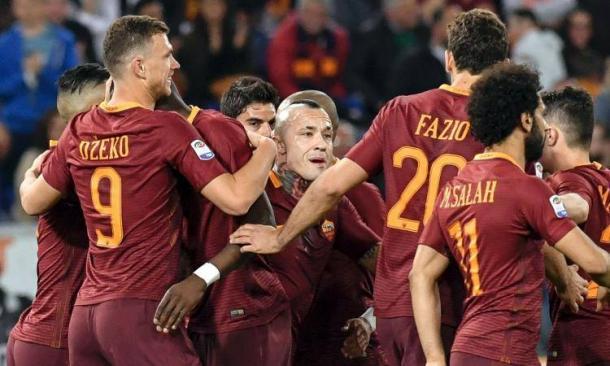 La Roma festeggia Dzeko dopo uno dei suoi gol all'Empoli.   calciomercato.com