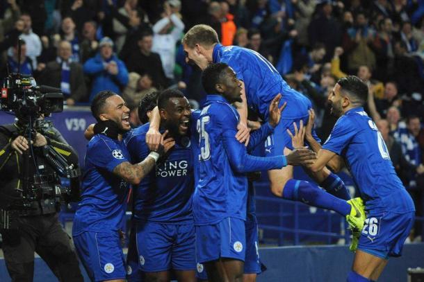 I giocatori del Leicester esultano dopo il primo gol segnato al Siviglia al ritorno (match terminato 2-0). | abc.net.au